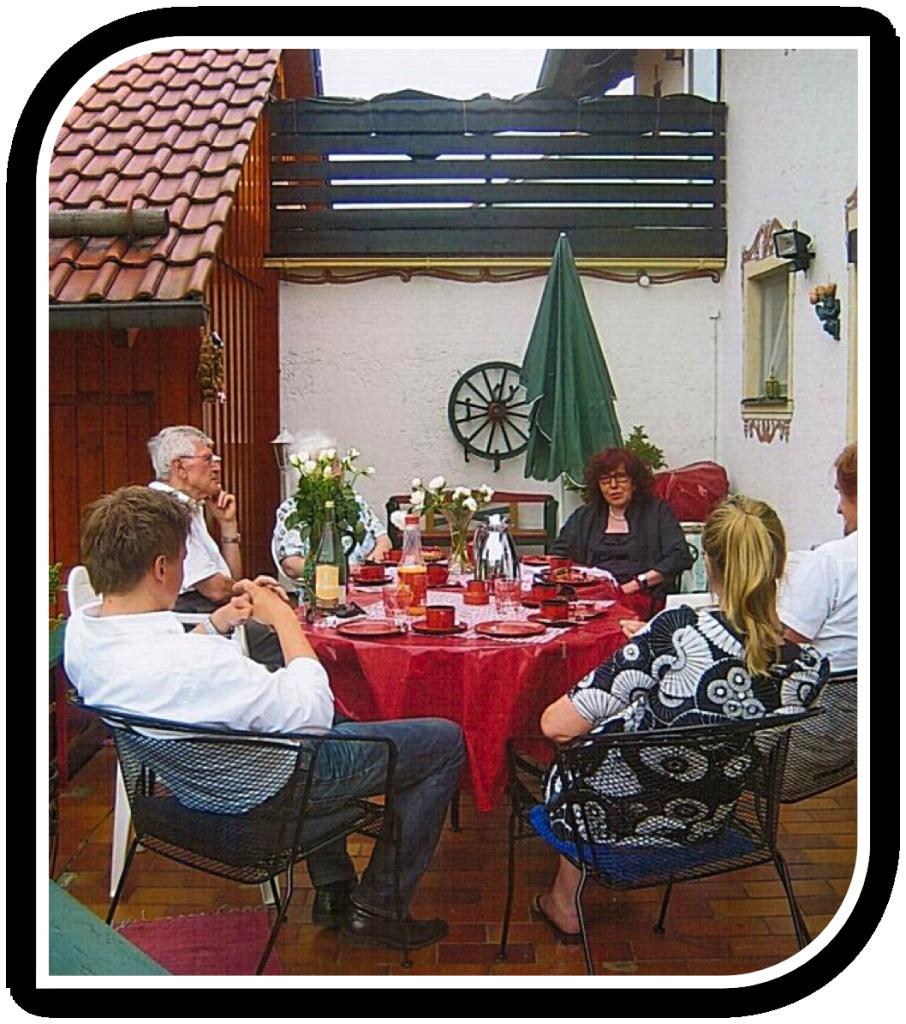 Gemütliches Beisammen-sein auf der hauseigenen Terrasse